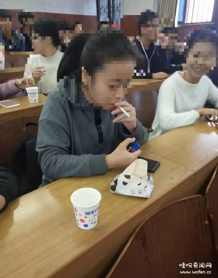 大学生在烟草课堂随意地点燃香烟,原来是为了体验