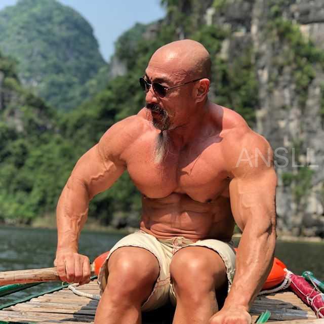 """55岁的健美运动员,凭借其强壮体魄被成为""""现实中的龟仙人""""!"""