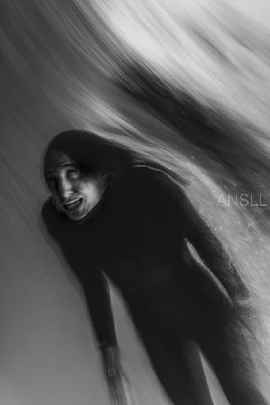 这位摄影师拍下了21张冲浪运动员的照片,画面像幽灵般怪异!