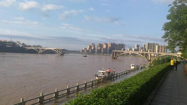 广东河源东江大桥中间2孔垮塌 2辆小汽车落水