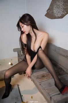 美妙绝伦的极致美腿 网红嫩模杨晨晨黑丝黑跟魅力四射