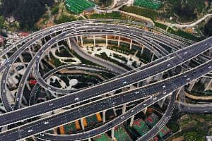 这个中国的立交桥看起来像一个巨大的过山车